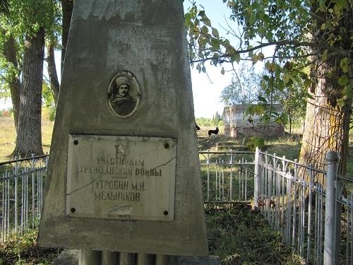 Памятник на фоне оставш.стены храма