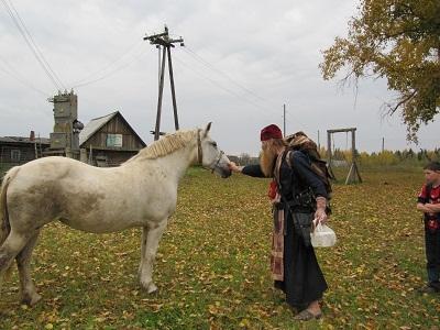 Белая лошадь у храма Георгия-Победоносца